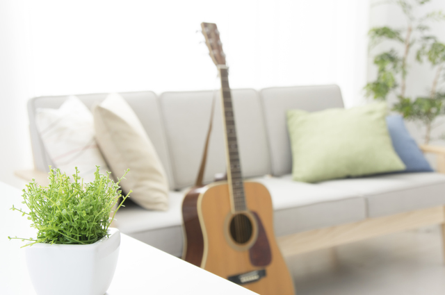 足を組んでギターを弾く練習をしてもいいですか?